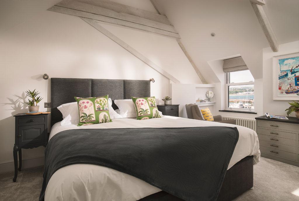 Meris Bedroom 02